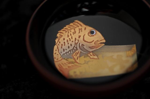 『ぐいのみ(黒)鯛に大福帳』箱瀬淳一/Junichi Hakose